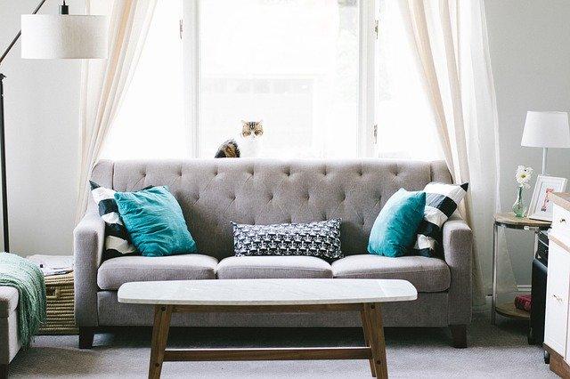 gauč v obýváku