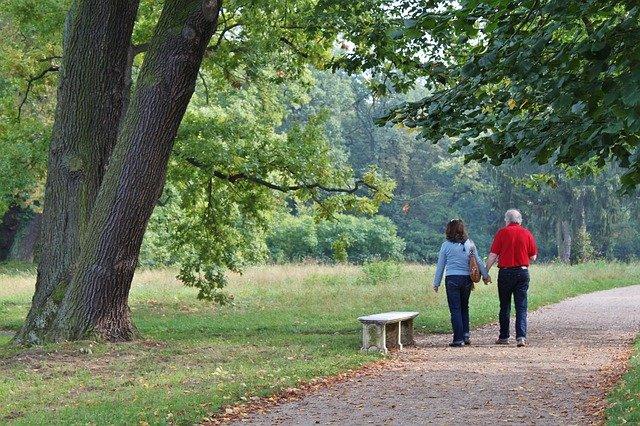 starší pár na procházce