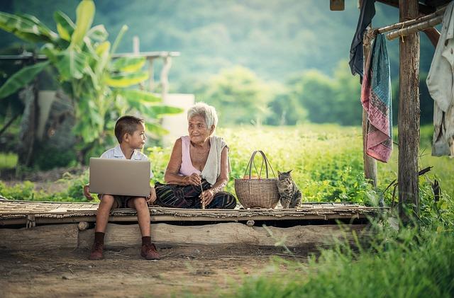 babička, dítě a laptop