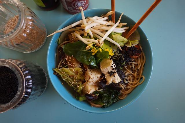 vegetariánské jídlo s tofu a sójovými klíčky.jpg