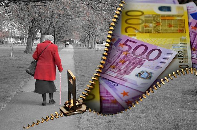 spoření na stáří, bankovky, babička